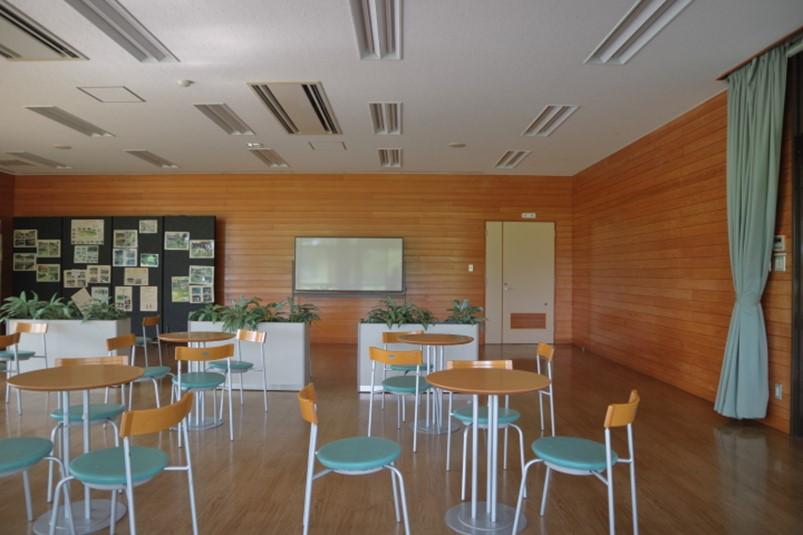 小山総合公園北側奥、ほたるの館学習館の無料の屋内休憩所