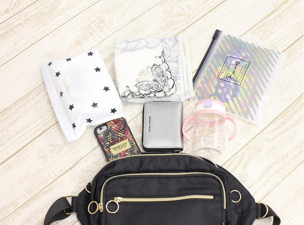 近所の公園に行くときの荷物 バッグの中身 ボディバッグ おしりふき ハンドタオル 子ども用マグ スマホ ミニ財布 おやつ