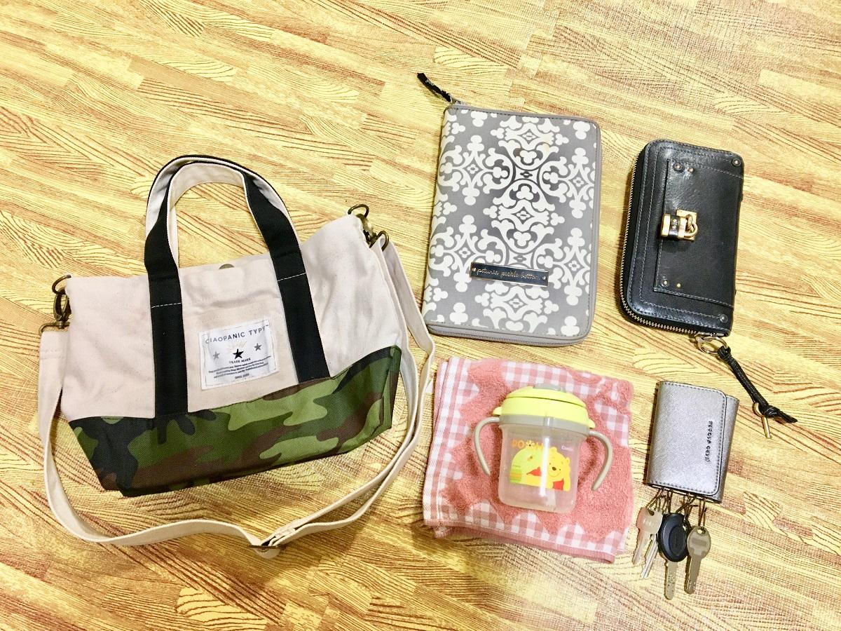 子どもの病院に行くときのバッグの中身 荷物 母子手帳ケース 子ども用マグ 鍵 財布 ハンドタオル
